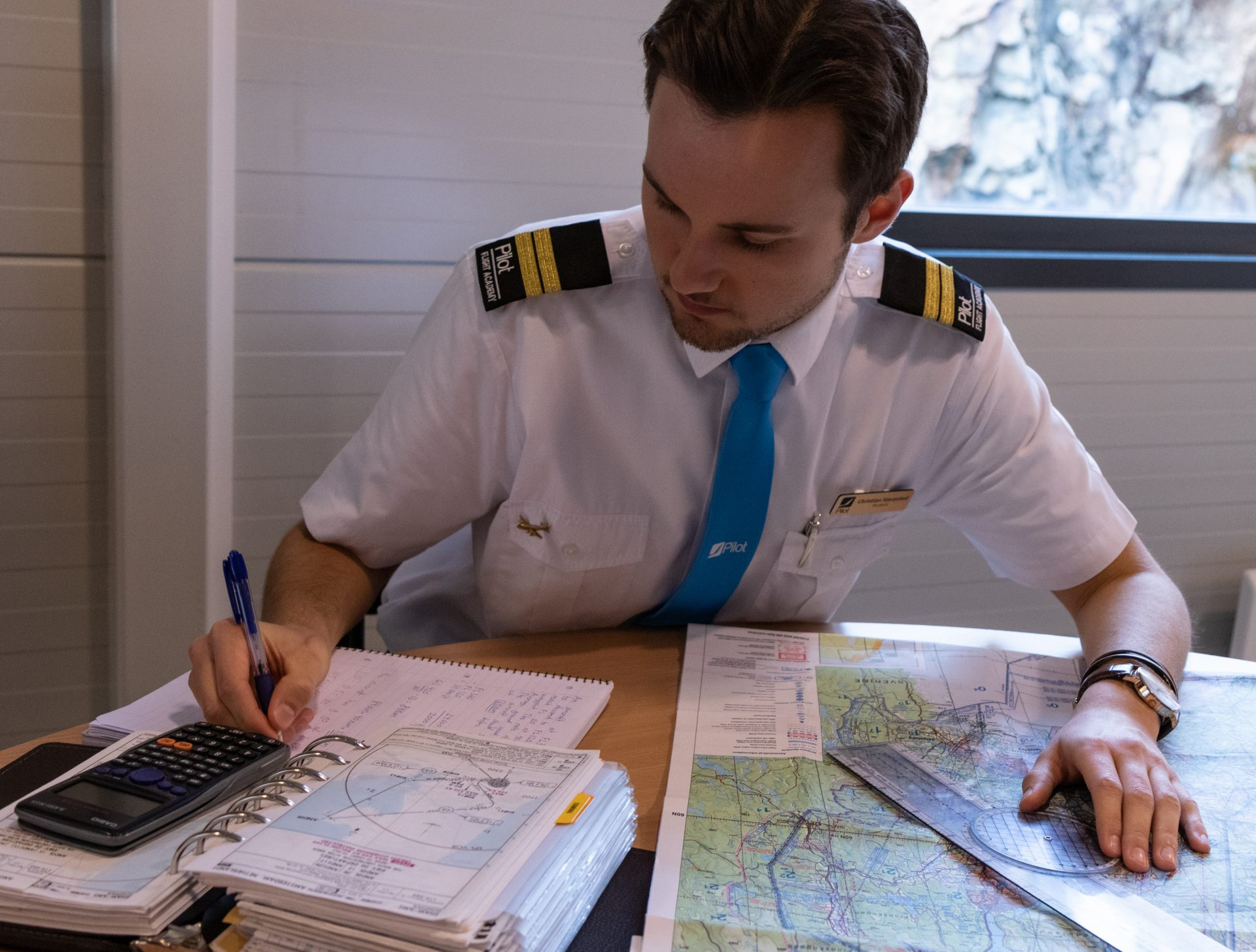 Student hjerpsted is making calculations for a flight