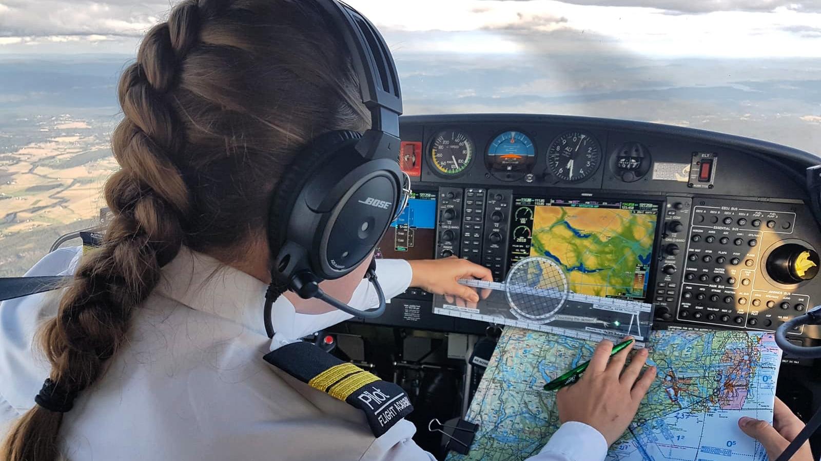 Student Taasaasen is navigation during a flight in Diamond DA40