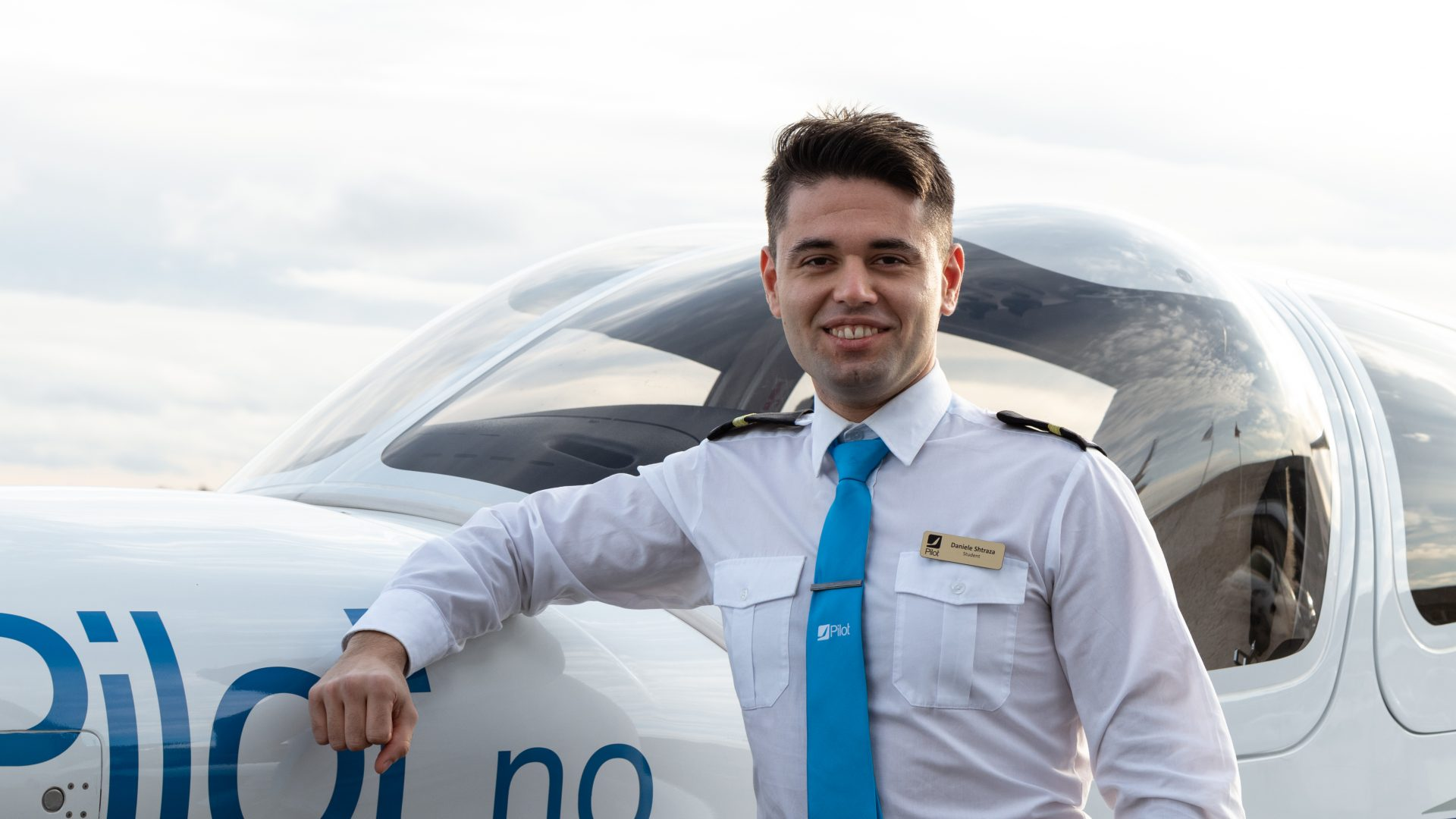 Student Shtraza is standing beside a Diamond DA42